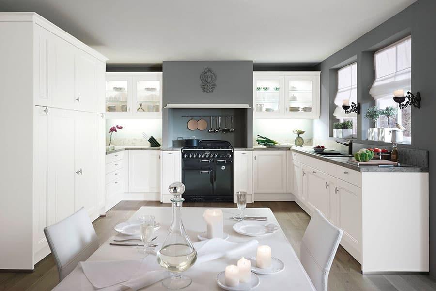 Küche weiß grau und Tisch - Küchen am Hopfenmarkt - Beratung und Montage
