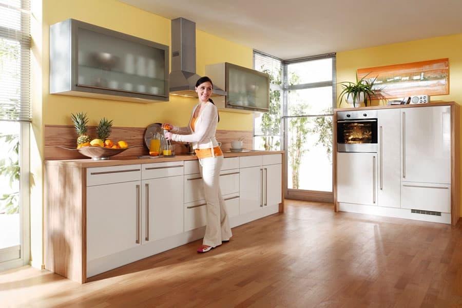 Küche weiß und holz - Küchen am Hopfenmarkt - Beratung und Montage
